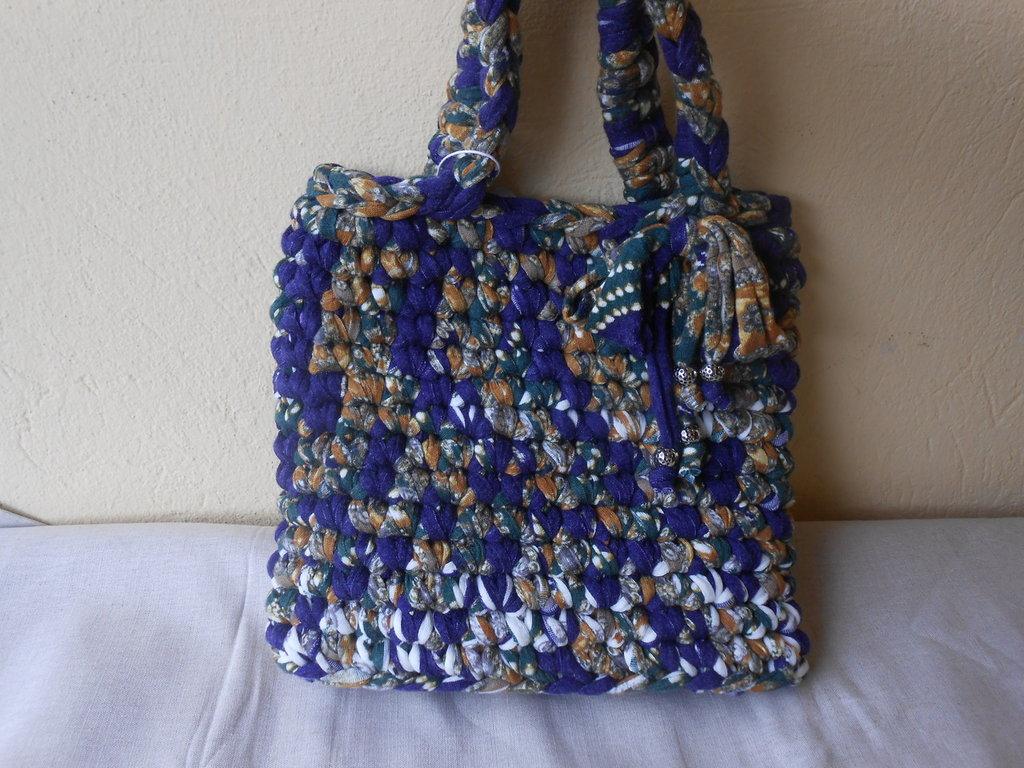 Borsa fatta a mano  in fettuccia lanata fantasia, in regalo portachiavi a forma di borsettina.