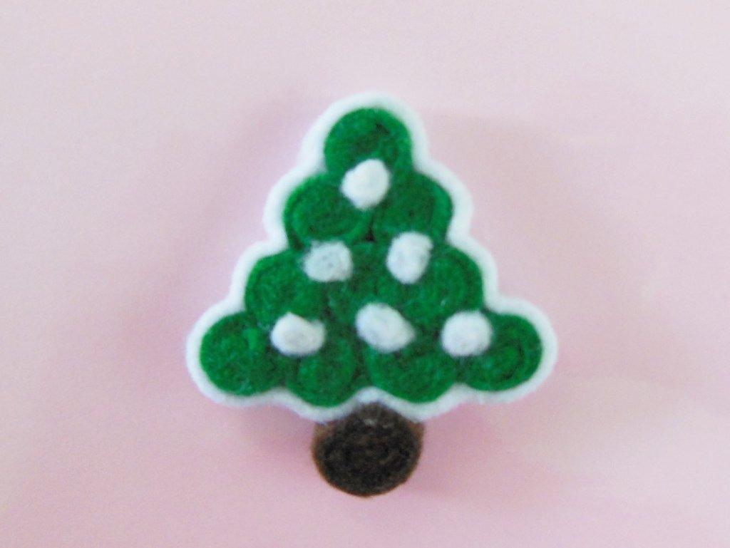 Spilla natalizia 'albero di natale innevato con addobbi bianchi'