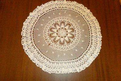 centro rotondo con riccio in cotone sottile bianco fatto con l'uncinetto.