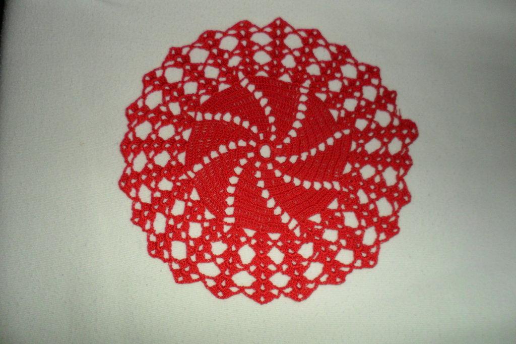 centrino natalizio rosso rotondo fatto con l'uncinetto.