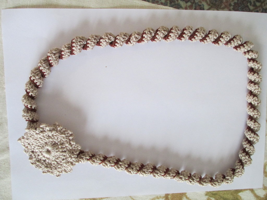 collana di cotone ad uncinetto