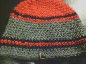 cappello da uomo e donna a righe grige rosse e blu fatto a mano all'uncinetto C013