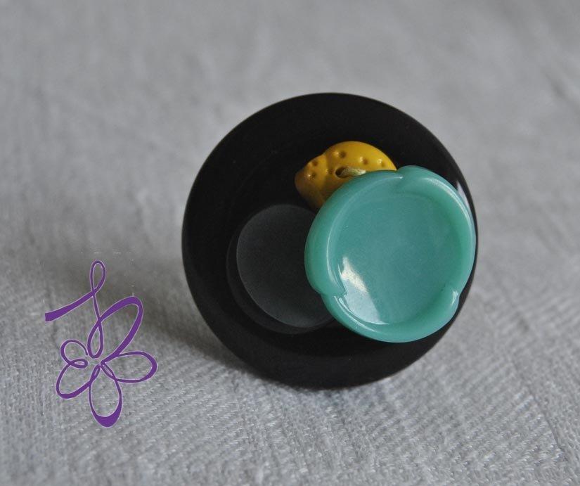 Anello bottoni blu e coccinella gialla
