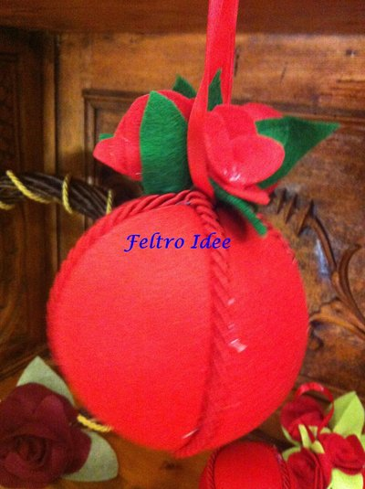 Pallina di Natale decorata con rose in feltro