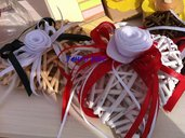 Cuore vimini decorativo con fiori realizzati a mano in pannolenci