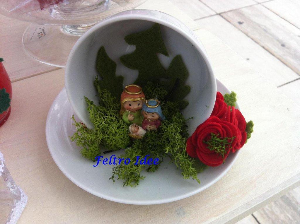 Presepe di Natale realizzato a mano in tazza di ceramica