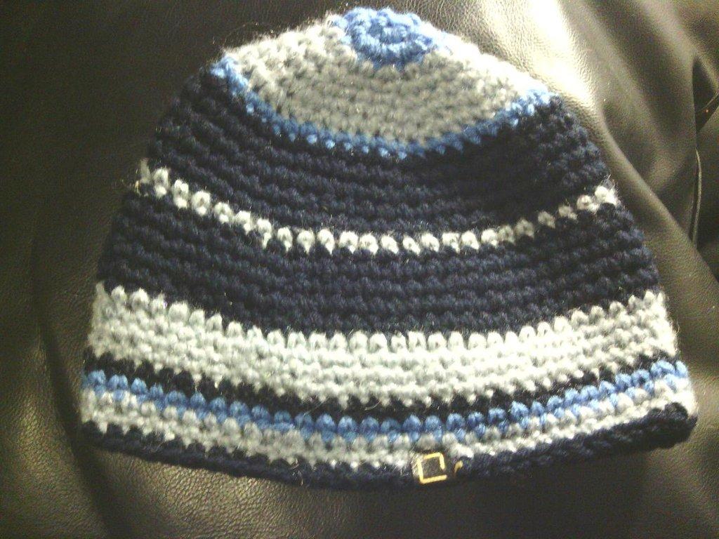 cappello in lana perla  a righe blu da donna e ragazza fatto a mano all'uncinetto C024