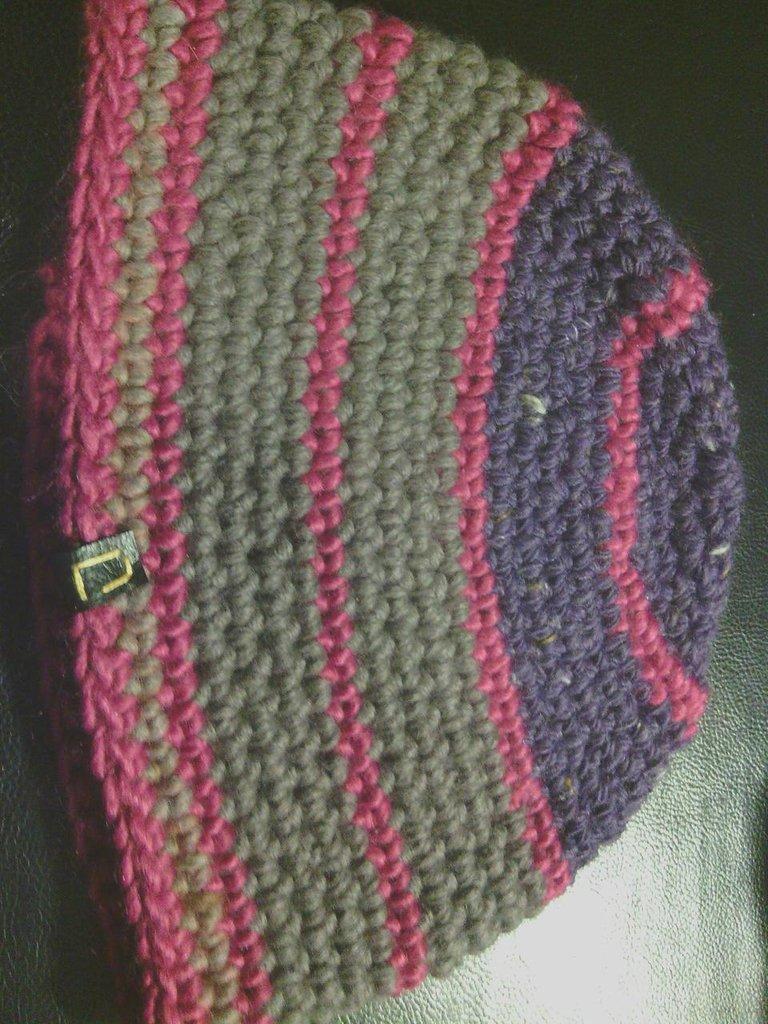 cappello in lana viola a righe  da donna e ragazza fatto a mano all'uncinetto C026