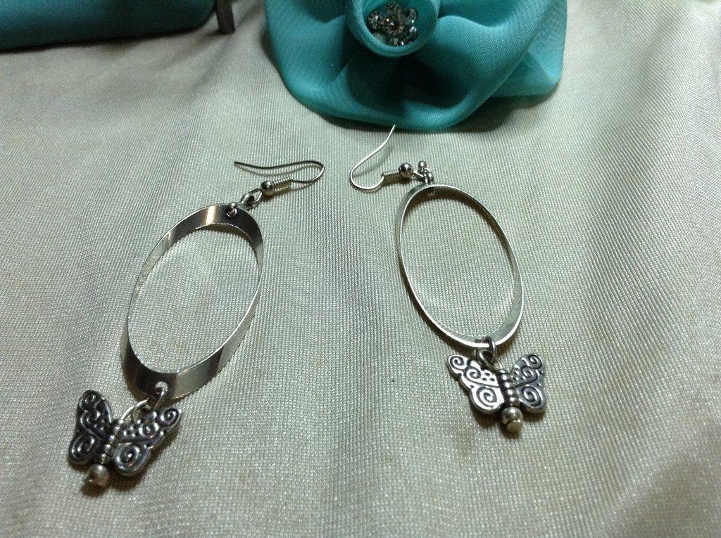 Orecchini ovale e farfalle
