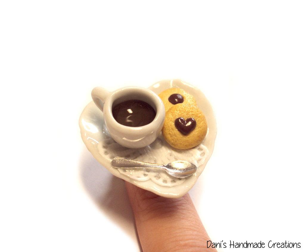 Anello con piattino in ceramica a forma di cuore, con tazzina di caffè, cucchiaino e biscotti realizzati in fimo