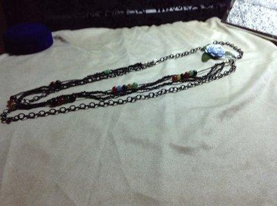 Collana nera e piccole pietre e perline