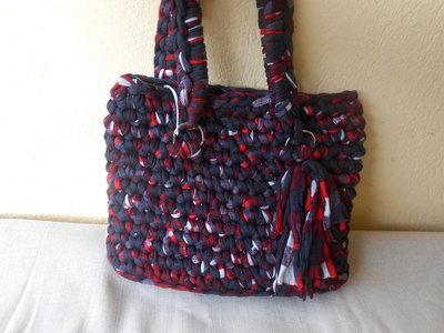Borsa in fettuccia multicolore nero-rosso-grigio, in regalo portachiavi borsettina,