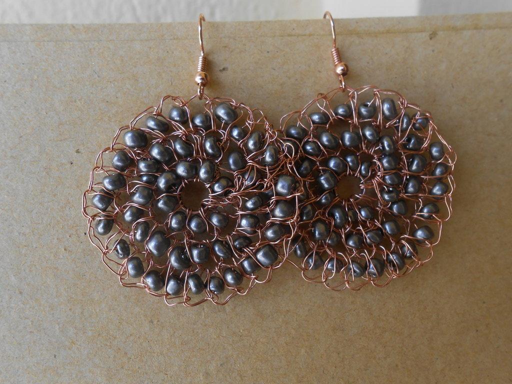 Orecchini tricot in rame perline  grige.