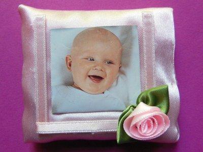 Cornice porta foto in raso rosa: bomboniere per piccole principesse!