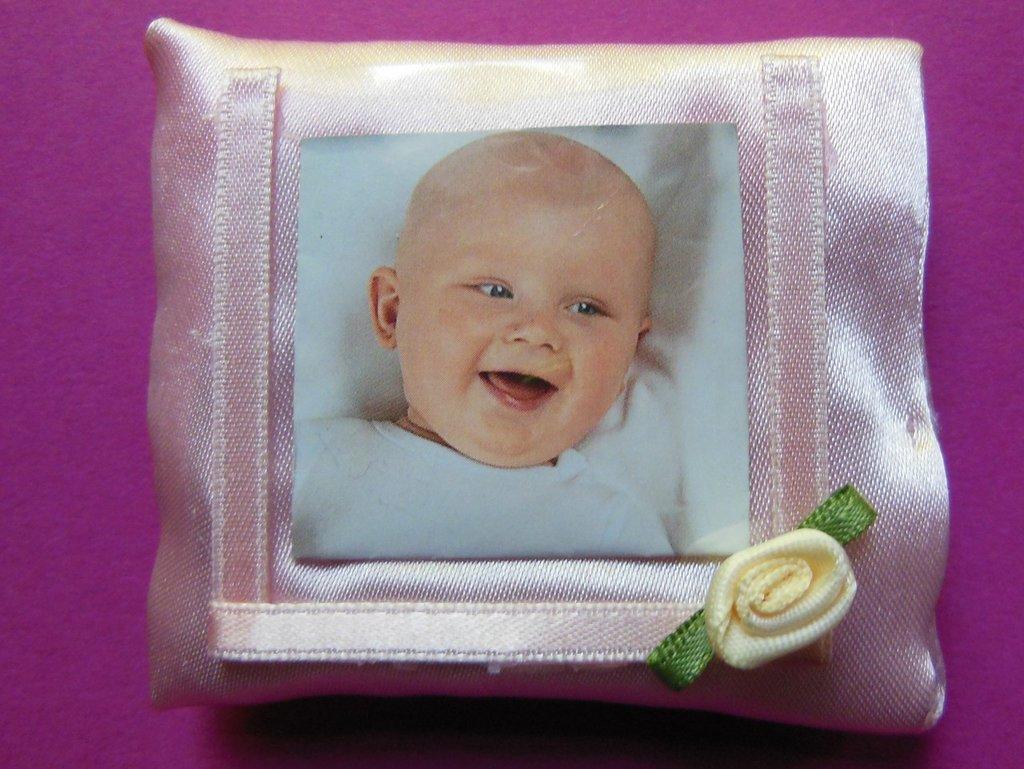Cornice porta foto in raso rosa: bomboniere per piccole principesse con rosellina bianca!