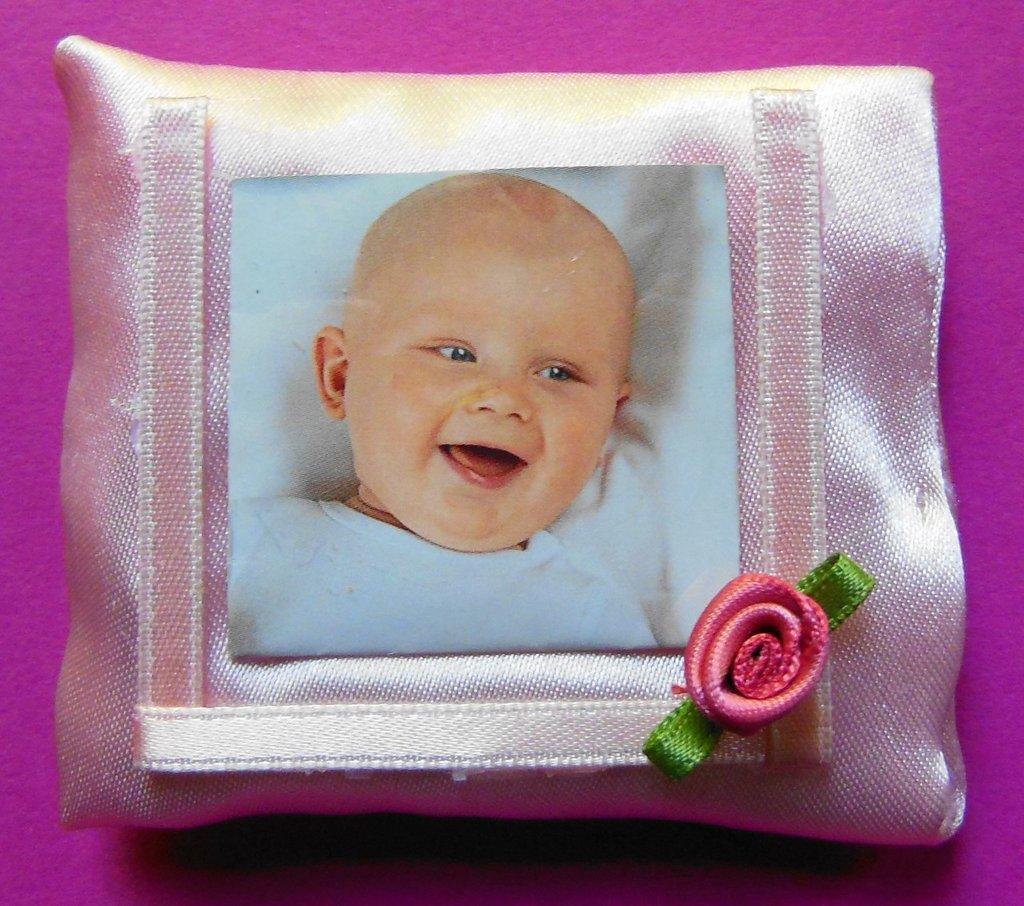 Cornice porta foto in raso rosa: bomboniere per piccole principesse con rosellina rosa!