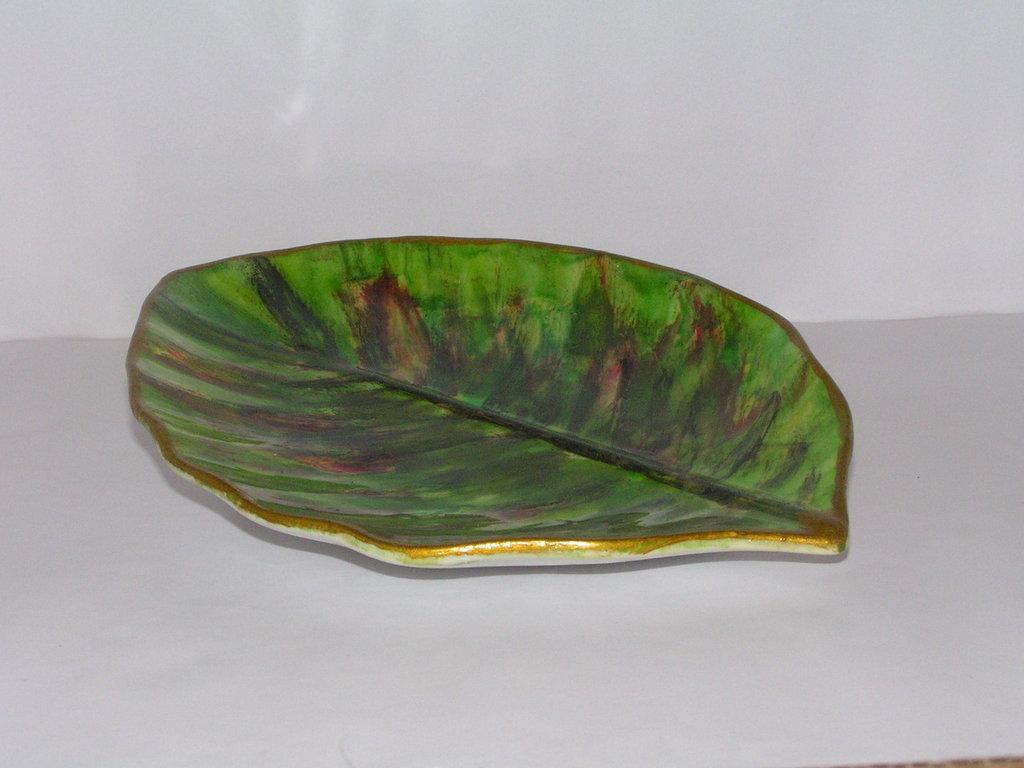 Piatto di ceramica a foglia