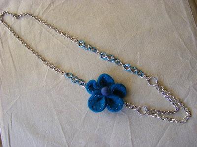 collana lunga con fiore in feltro