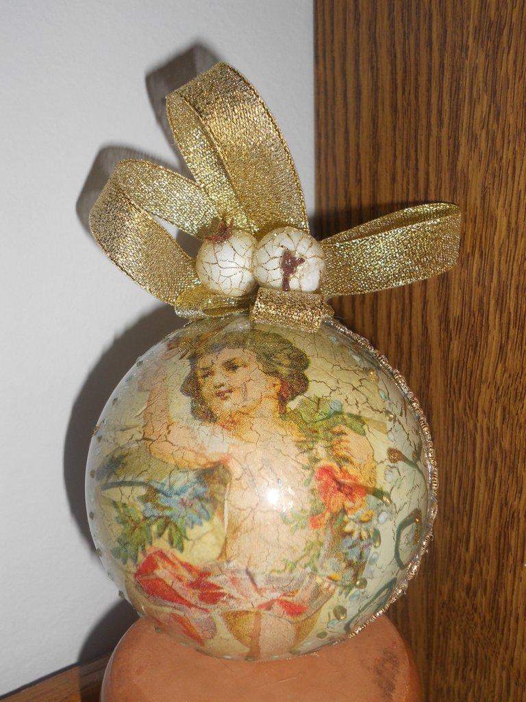 Palla natalizia decorata a mano