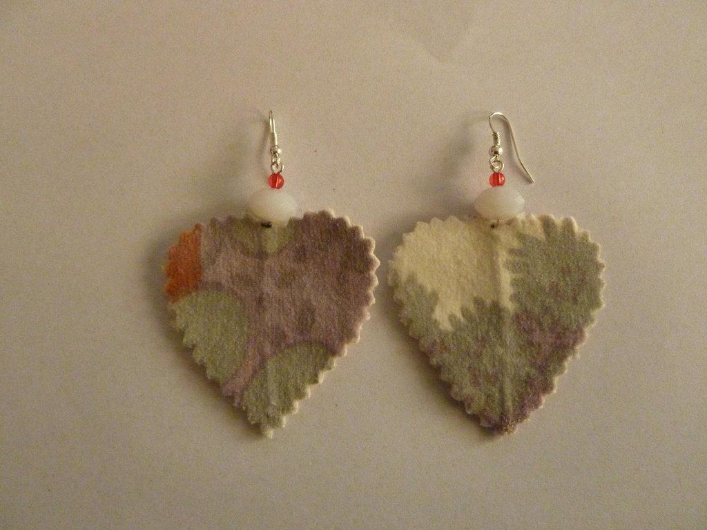 Orecchini in velluto colorato con perle in vetro fatti a mano