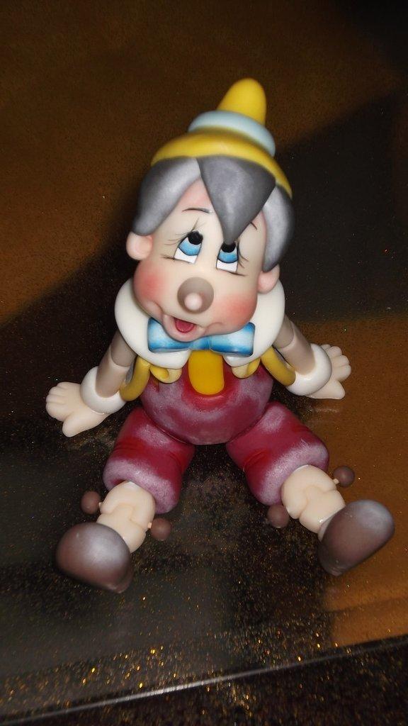 Pinocchio fatto totalmente in mano con pasta di mais.