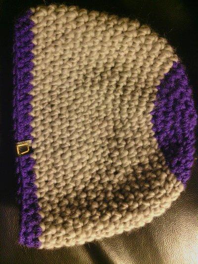 cappello da donna e uomo in lana grigia  e viola fatto a mano all'uncinetto C031