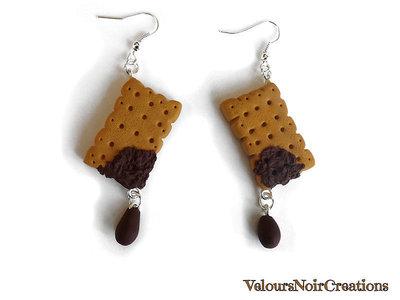 Orecchini pendenti biscotto con goccia di cioccolato creati a mano in fimo
