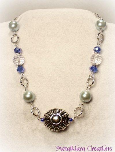 Collana con catena, argentone, perle in vetro e cristalli azzurro/blu