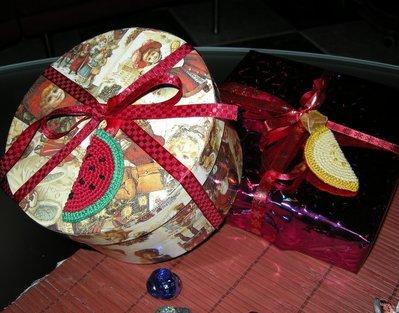Fettina di Frutta uncinetto 100% fatto a mano, da appendere al portachiavi, come chiudipacco o decorazione per abiti e oggetti