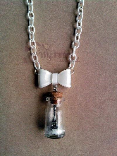 Collana con bottiglietta con Torre Eiffel e neve fimo