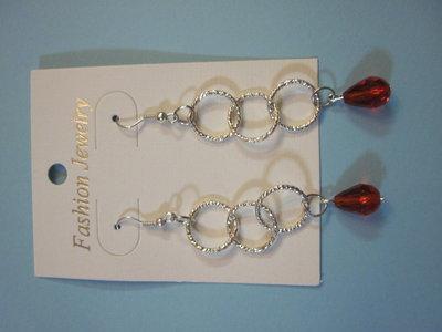 orecchini a pendente con perline e catena rosse