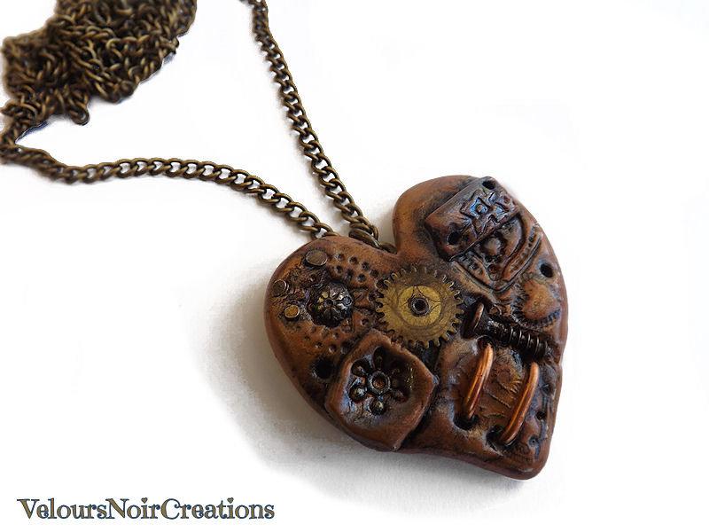 collana in bronzo con cuore steampunk  creato a mano in fimo con ingranaggio orologio