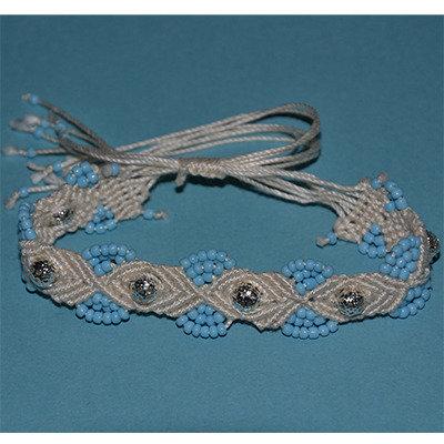 Bracciale in macramè con perle traforate argentate e perle piccole celesti