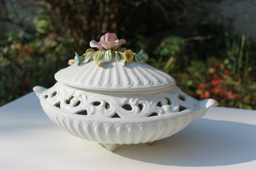 Soprammobile in ceramica bianca e motivi floreali vintage