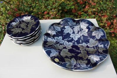 Piatto da portata e piattini blu e argento