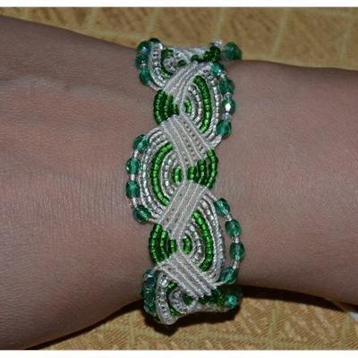Bracciale in macramè con perle verdi sfaccettate e verdi/ bianche piccole