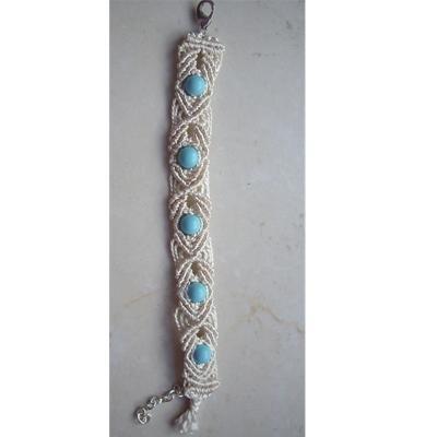 Bracciale in macramè con perle azzurre