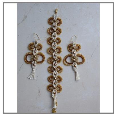Abbinato in macramè con perle grandi color oro e piccole
