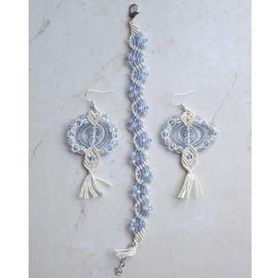 Abbinato in macramè con perle grandi sfaccettate e piccole
