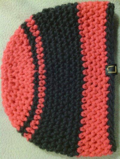 _cappello  donna  ragazza in lana  a righe grigie e fucsia ,fatto a mano all'uncinetto C043_