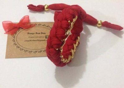 Bracciale con stoffa rossa e catena fatto a mano