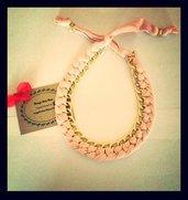 colla con stoffa rosa e catena color oro