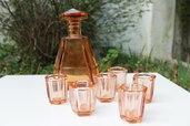 Bottiglia liquore e bicchierini in vetro rosa