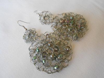 Orecchini tricot fatti a mano con filo color argento e  cristalli boreali, idea regalo.