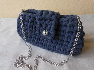 Borsa pochette in   fettuccia grigia, bottone gioiello,  tracolla in catena, regalo  portachiavi ..
