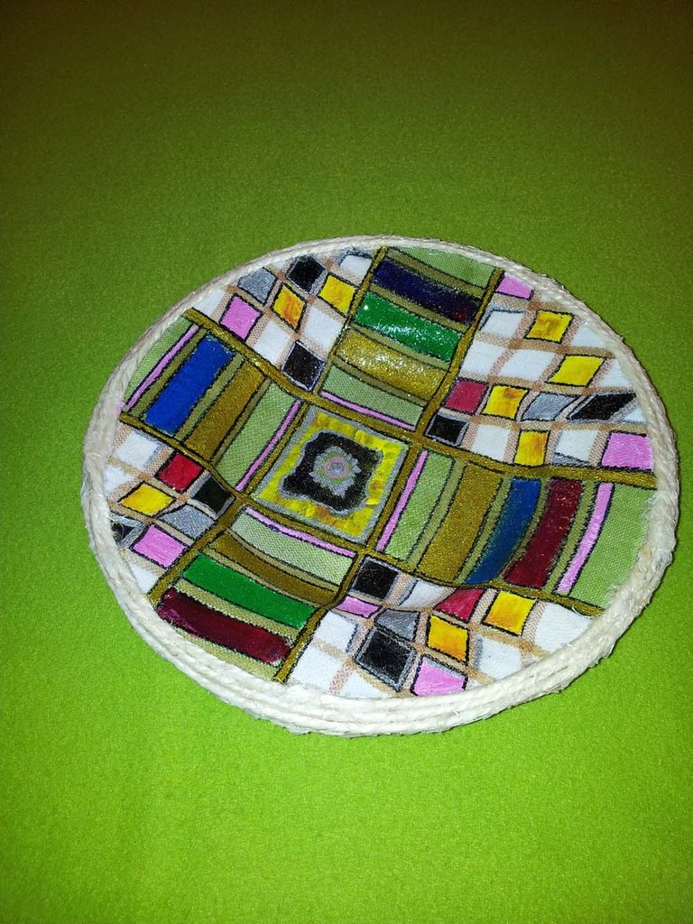 piatto di ceramica rivestito di stoffa