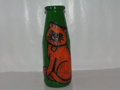 bottiglia con decoro di stoffa raffigurante una gatta