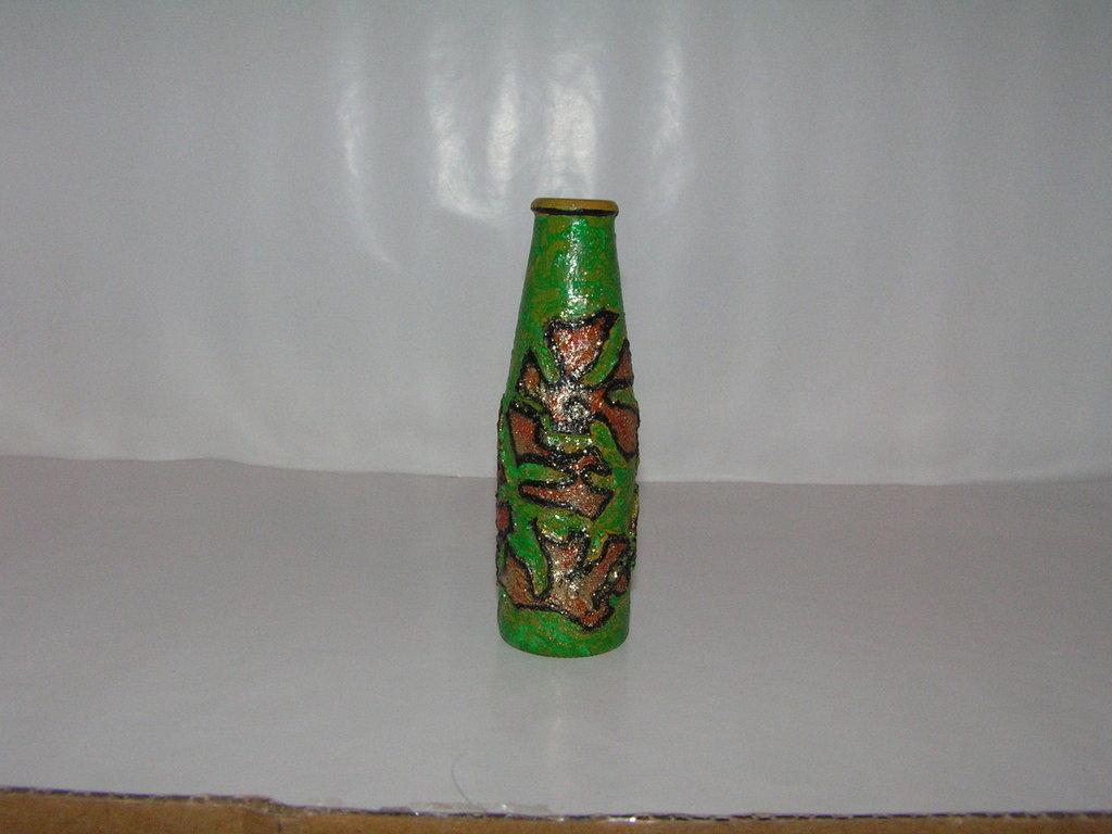 bottiglietta ricoperta con bucce di arancia