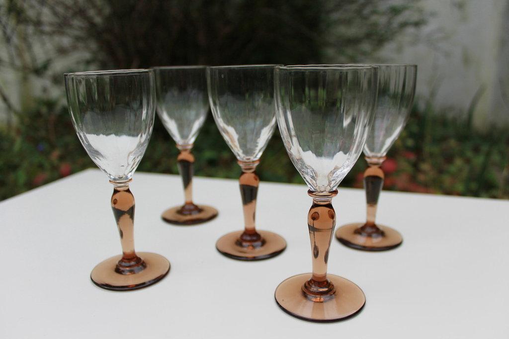 Bicchieri a calice in vetro lavorato e stelo color ambra
