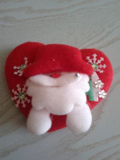 Spilla di Natale a cuore con personaggio
